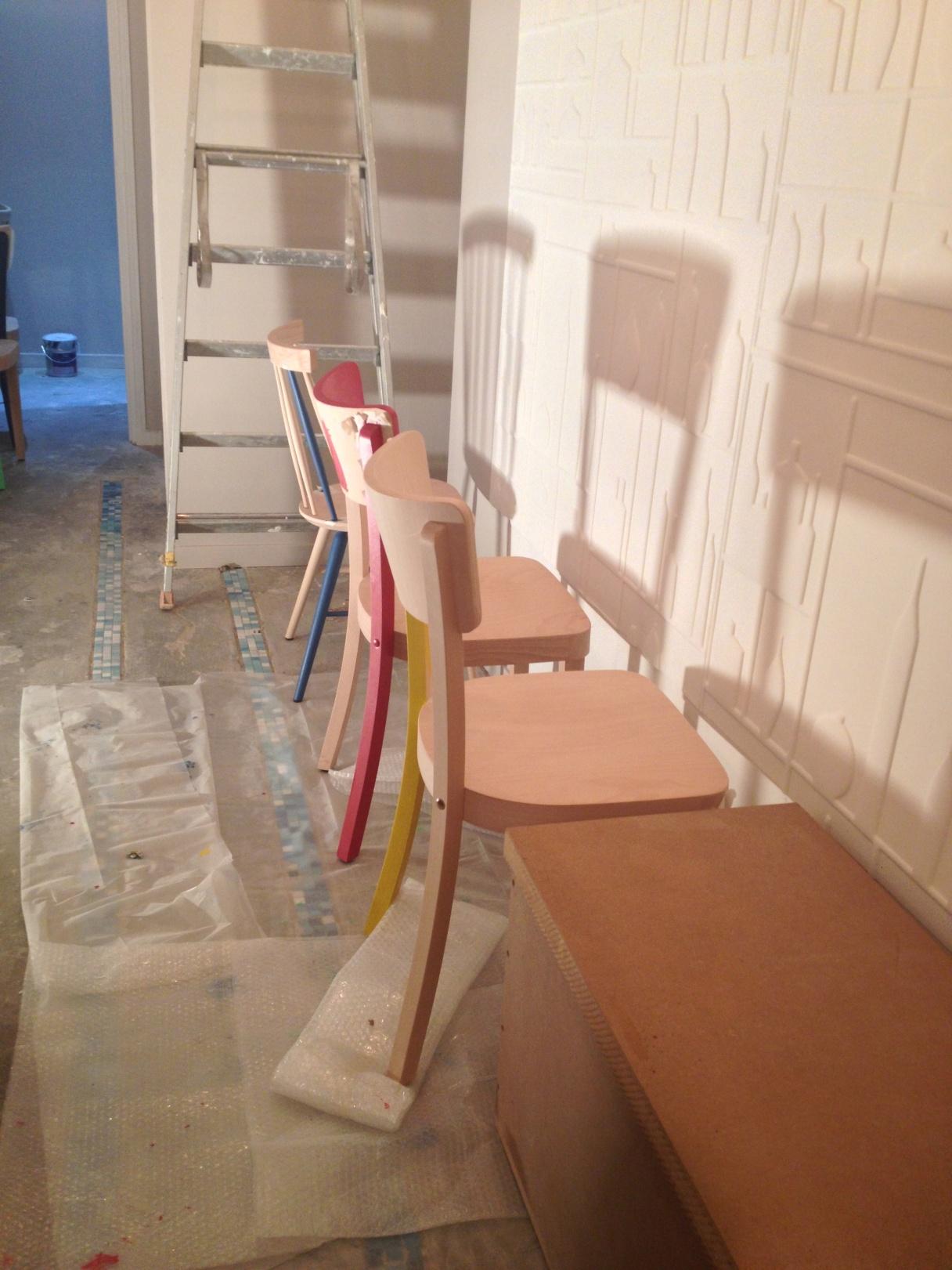 peinture sur chaises